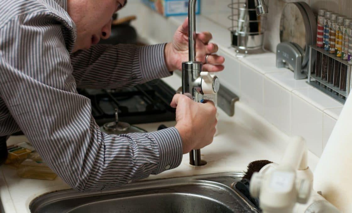 Un plombier spécialisé dans les dépannages en urgence